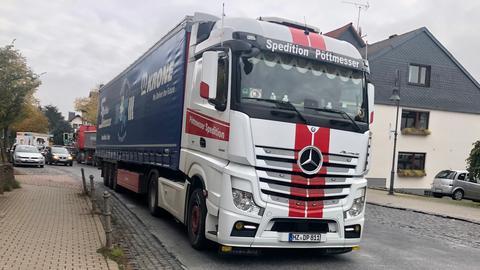 Lastwagen fährt durch Dorf