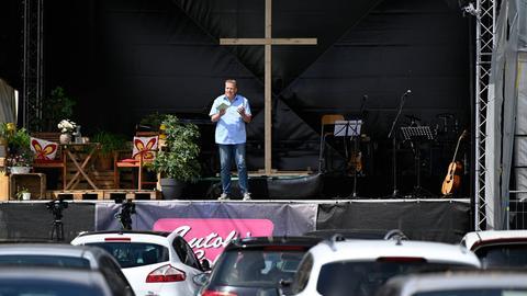 Evangelischer Gottesdienst im Autokino auf dem Gelände an der Hessenhalle.