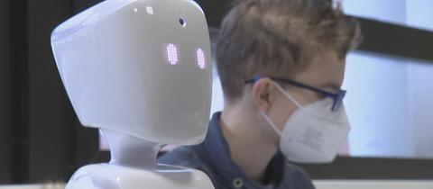 Robot-Avatar im Klassenzimmer neben anderem Schüler