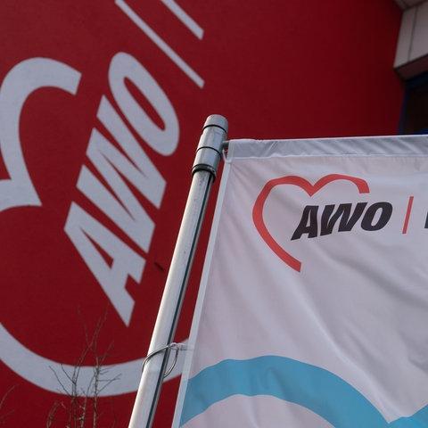 Flaggen vor der AWO-Zentrale in Frankfurt
