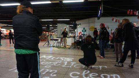 """Michael vom Projekt """"High Life"""" bei seinem Auftritt in der B-Ebene. Auf dem Boden der Schriftzug: """"Muss öffentlicher Raum clean sein?"""""""