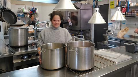 Badia Ouahi in ihrer Küche im Café Badias