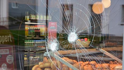 Zersprungene Scheibe der Bäckerei in Fulda
