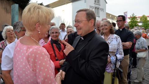 Georg Bätzing im Gespräch mit einer Besucherin seines Abschiedgottesdienstes in Trier
