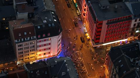 Blick von oben aufs Frankfurter Bahnhofsviertel, wo Taunus- und Elbestraße sich treffen