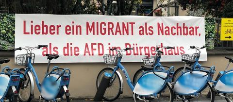 Das AfD-kritische Banner am Zaun