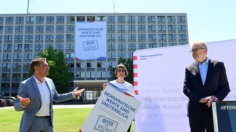 """Regierungspräsident Hermann-Josef Klüber (r.) steht mit zwei Aktiven der Initiative """"Offen für Vielfalt"""" vor dem Regierungspräsidium Kassel"""