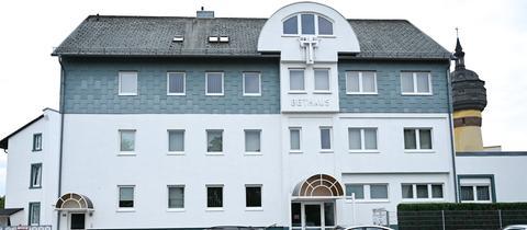 Gemeindehaus spiegelt sich in Autodach