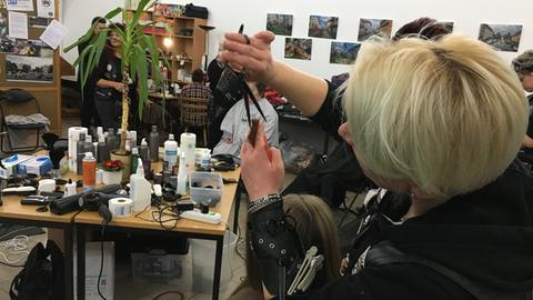 In der Gießener Werkstattkirche schneiden die Barber Angels Bedürftigen die Haare.
