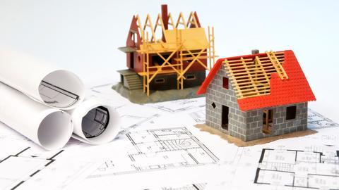 Baupläne und Hausmodelle von zwei Einfamilienhäusern