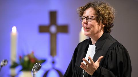 Bischöfin Beate Hofmann predigt in einer Kirche.