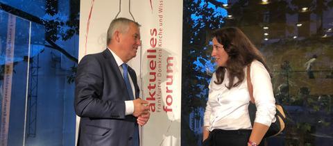 Frankfurts Polizeipräsident Gerhard Bereswill im Gespräch mit der Rechtsanwältin Seda Basay-Yildiz