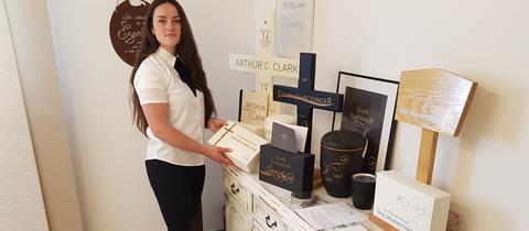 Selina Hortsch steht vor einigen Holzkreuzen in ihrem Ausbildungsbetrieb