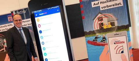 Peter Beuth (CDU) bei der Vorstellung der neuen App Hessenwarn