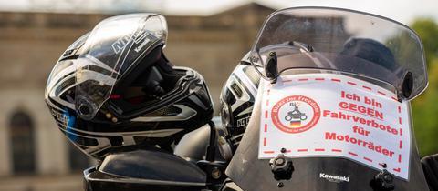 """Ein geparktes Motorrad mit einem kleinen Banner mit der Aufschrift """"Biker for Freedom - Ich bin gegen Fahrverbote für Motorräder""""."""