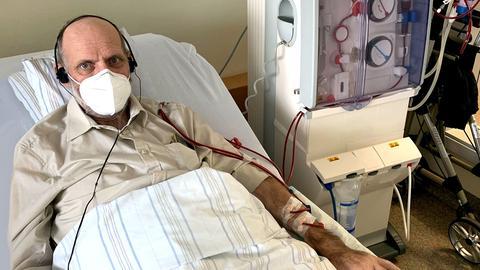 Ein Dialyse-Patient liegt während einer Blutwäsche in einem Krankenhaus.