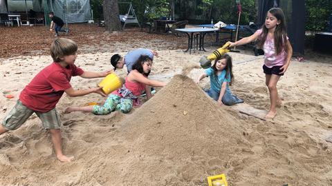 Kinder spielen in Sandkasten