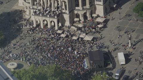 Bei einer Kundgebung am Freitagmittag versammelten sich viele Klimaaktivisten vor der Alten Oper in Frankfurt.