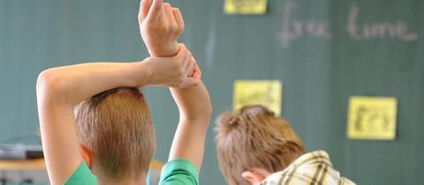 Schüler sitzen im Klassenzimmer einer Grundschule.