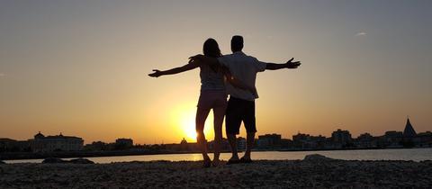 Michaela und Ryan - Arm in Arm vor Sonnenuntergang