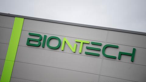 Das Logo und der Schriftzug der Firma Biontech in Mainz.