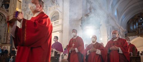 Katholische Bischöfe bei der Herbstvollversammlung der Deutschen Bischofskonferenz bei einem Gottesdienst im Dom.