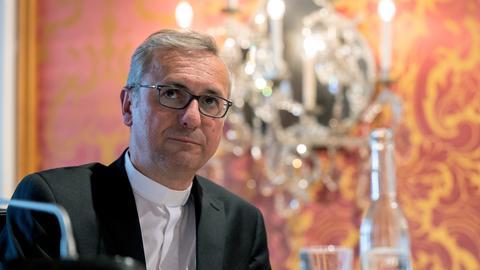Stefan Heße, Erzbischof von Hamburg, sitzt zu Beginn der Herbstvollversammlung der Deutschen Bischofskonferenz an seinem Platz.