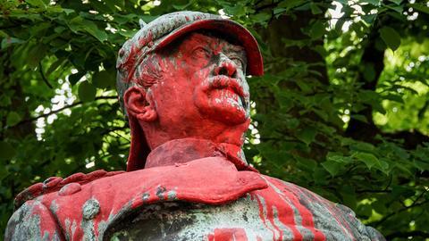 Reinigung vom Kolonialismus: In Hamburg wurde jüngst diese Bismarck-Statue beschmiert.