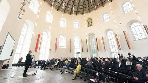 """Der Limburger Bischof Georg Bätzing (l) spricht bei der Abschlusspräsentation des Projekts """"Betroffene hören - Missbrauch verhindern""""."""