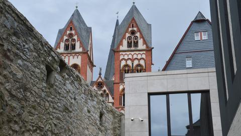 Der Bischofsbau auf dem Domberg, im Hintergrund der Dom
