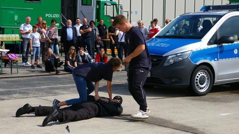Jugendliche üben beim Blaulichtcamp der hessischen Polizei die Festnahme eines Verdächtigen