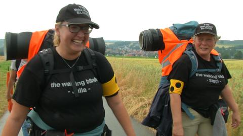 Zu Fuß unterwegs nach Sizilien: Siggi Kroning (rechts) und ihre Tochter Julia