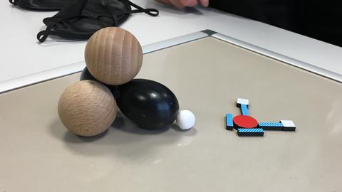 Modell eines Wassermoleküls aus Holz und aus Magnetklötzen gelegt.