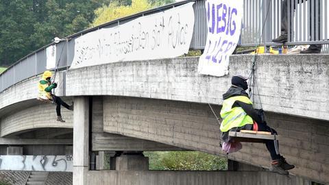 Aktivisten seilten sich von der Brücke ab.