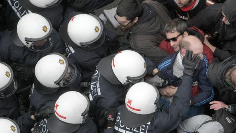 Polizei-Kessel bei Blockupy in Frankfurt 2013