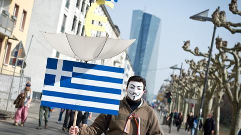 Protest vor der EZB: Blockupy-Demonstrant mit Guy-Fawkes-Maske am 18. März.