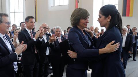 Souad Mekhennet (r) nimmt die Gratulation von Maybrit Illner entgegen.