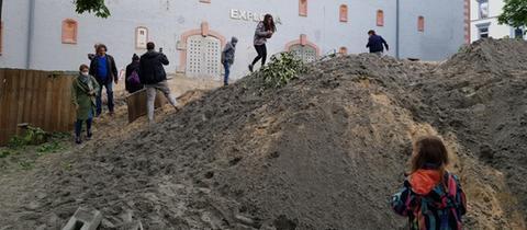 Aufgeschütteter Sand: Die Einsatzstelle wurde am nächsten Morgen zum Spielplatz.