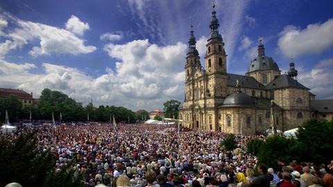 Tausende Gläubige auf dem Domplatz in Fulda