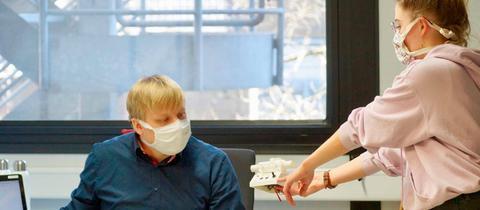 """Mitarbeiter des Marburger """"Breathing Project"""" mit einem Zusatz für eines ihrer Beatmungsgeräte"""