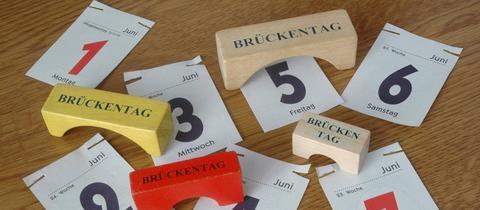 Kalenderblätter und Holzklotz-Brücken: So nutzt man Brückentage