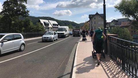 Frisch saniert, aber ohne Radwege: Die Weidenhäuser Brücke in Marburg.