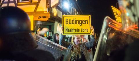 """""""Büdingen - Nazifreie Zone"""" steht auf einem Plakat"""