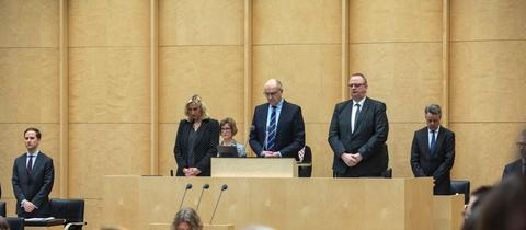 Abgeordnete im Bundestag mit gesenkten Köpfen.
