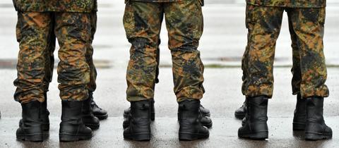Soldaten der Bundeswehr stehen nebeneinander