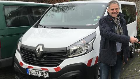 Der Bürgermeister von Cölbe, Volker Carle, mit dem lange verschollenen Gemeindebus