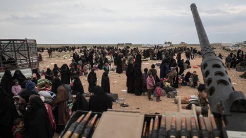 Anhängerinnen des IS vor ihrer Überführungs in Camp Al-Hol durch kurdische Truppen.