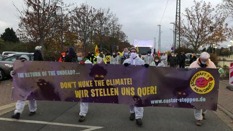 Etwa 50 Aktivisten haben am Dienstag in Biblis gegen den Castor-Transport demonstriert.