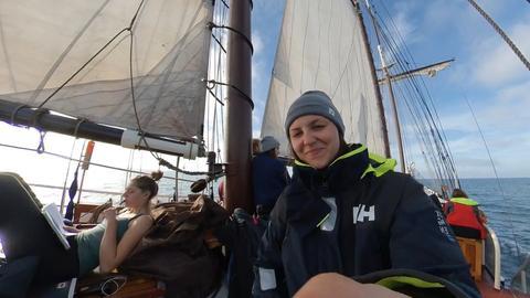 """Klimaaktivistin Clara von Glasow an Deck der """"Regina Maris"""""""