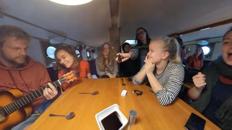 "Klimaaktivisten an Bord der ""Regina Maris"" singen ""Hotel California"""